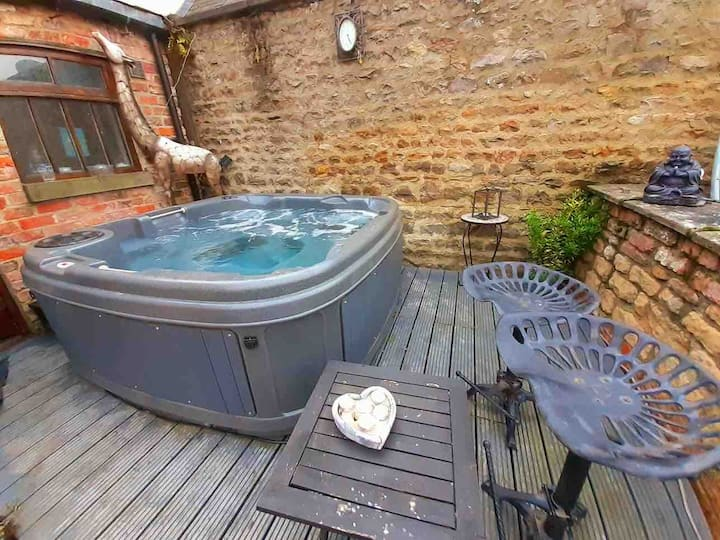 Country retreat with hot tub - pet & kid friendly