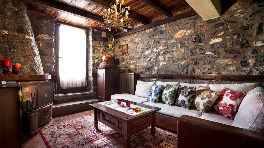 Πέτρινο ζεστό διαμέρισμα στον παλιό άγιο Αθανάσιο! - Agios Athanasios - Dům