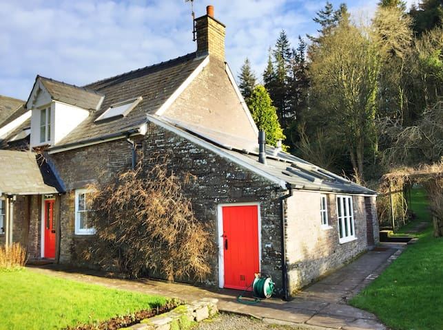 Stone cottage with mountain views-Buckland Brecon