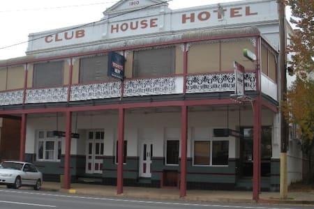 Club House Hotel Peak Hill room 4