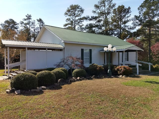 LAKEFRONT HOME WITH 2 PASTURES FOR HORSES!
