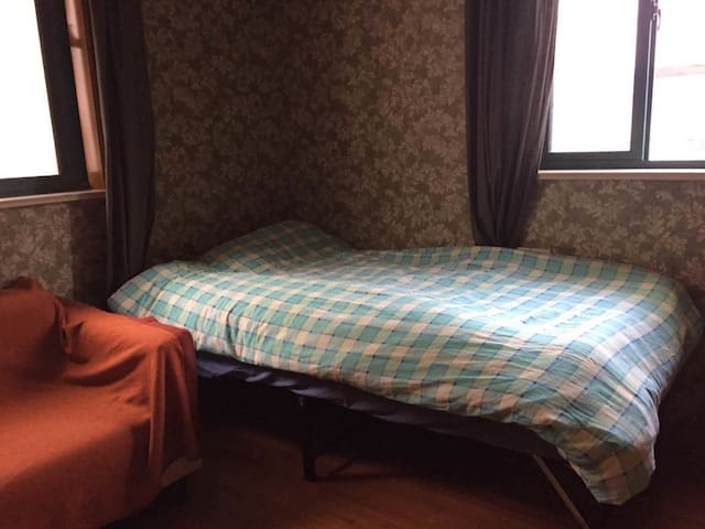 Cozy room in a downtown 2-bdrm apt on Line 1/10