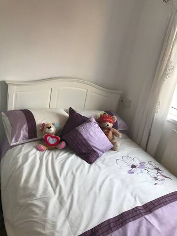 Double bedroom, walking distance to bus station - Peterlee - Huis