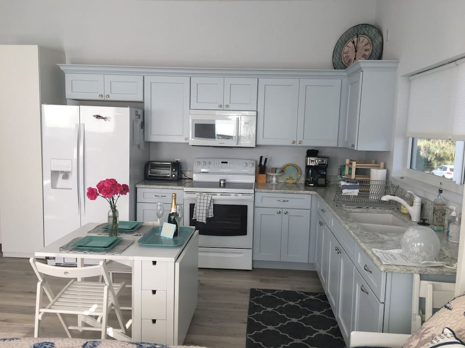 Well-equipped kitchen with major appliances and amenities.
