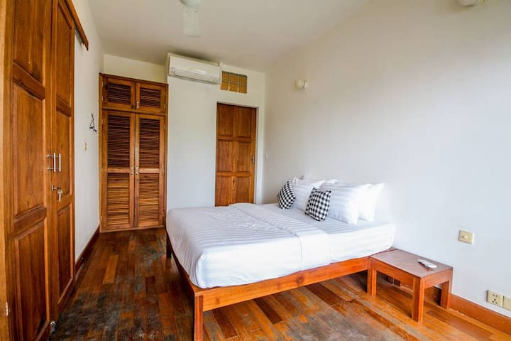 Western townhouse for rent in Riverside area - Phnom Penh - Apartment