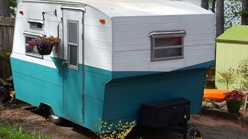 Teeny tiny house on Lake Cunningham