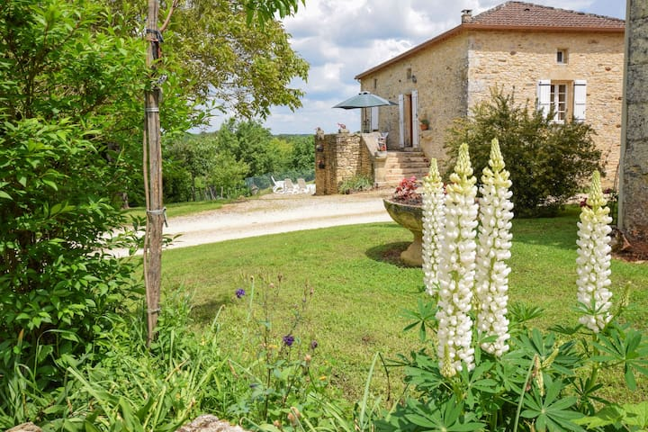 Lush Holiday Home in Montcabrier with Swimming Pool
