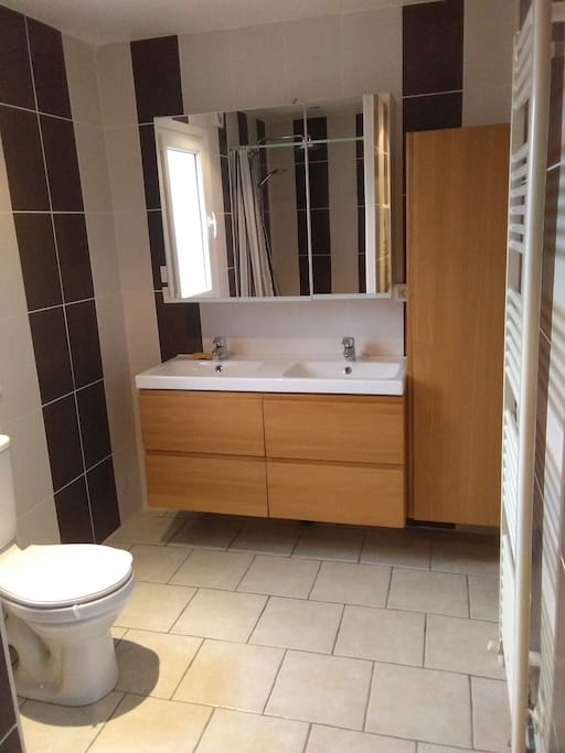 Salle de bain  double vasques avec sèche-serviette