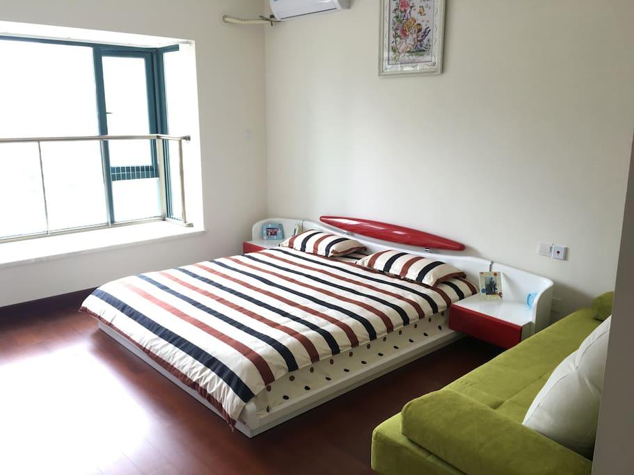 3个房间的家具和床上用品全都是新的,床上用品特地买了有条纹的图案,保证清洗过程中不会使用漂白剂,主卧的面积很大。不止有一个大床,还有一个折叠沙发床