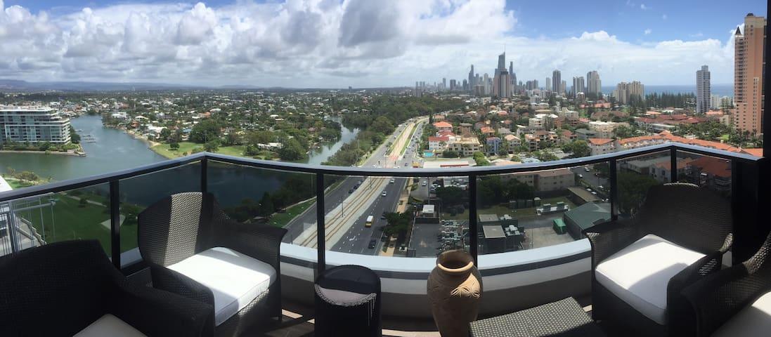 Broadbeach: Beautiful, high rise apartment