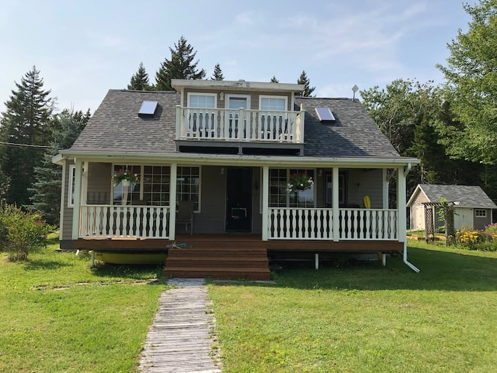 Cozy waterfront cottage on the Tidnish River!