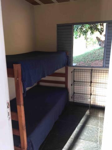 Terceiro quarto, localizado fora da casa na área gourmet.