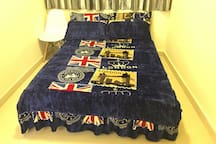 Full set clean & comfortable Double Bed, enough quilt and beddings. 舒适双人大床,可左右边上床