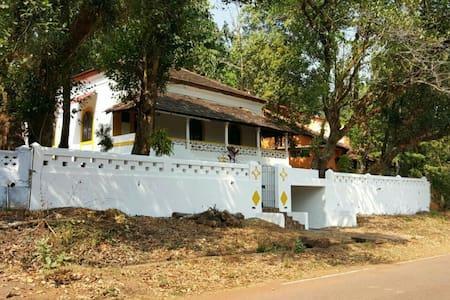 Charming Portuguese banglow! - goa - Huis