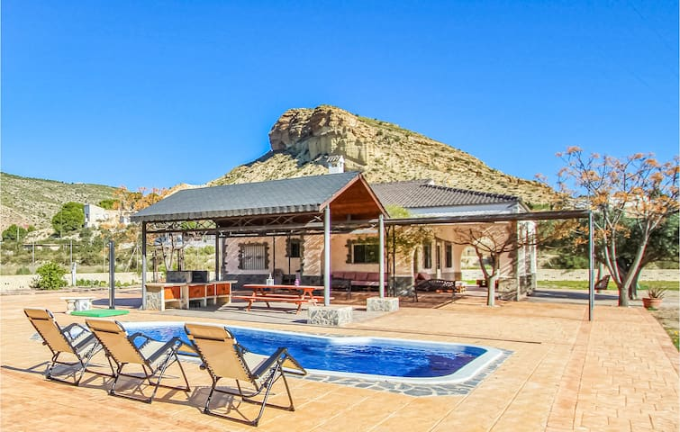 Amazing home in Crevillente with WiFi and 3 Bedrooms