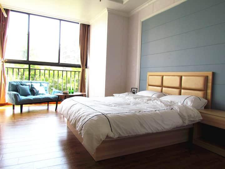 Downtown sun studio/全新蓝色地中海风格30平公寓/市中心世贸旁/超大落地窗与花园