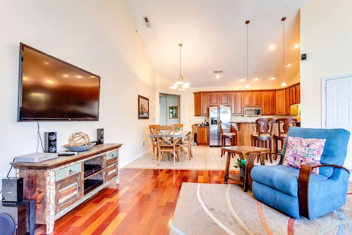 Luxury lakeview condo with covered balcony, shared pool & hot tub