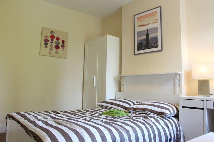 Double +Single in 2 rooms,  Cambridge RM3