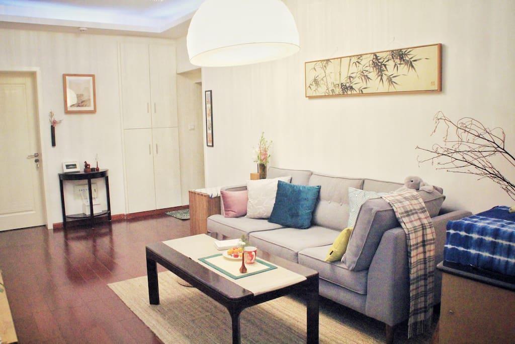 [客厅/Living room]     现代风格的客厅,混搭禅意饰品(屋主还在继续丰满软装中)。我们可以在这里聊聊成都趣事和分布在深巷里的美食。