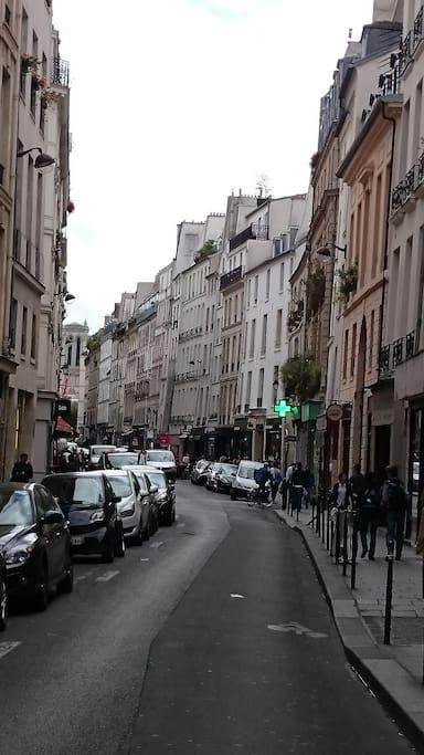 Au bout la rue, on voit la cathédrale Notre-Dame