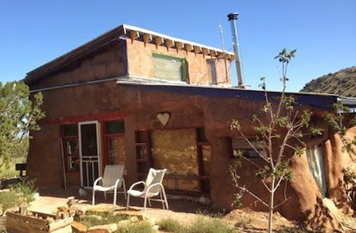Cozy strawbale home on 20 acres 2 mi from Madrid - Los Cerrillos