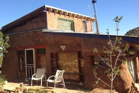 Cozy strawbale home on 20 acres 2 mi from Madrid - Los Cerrillos - Hus