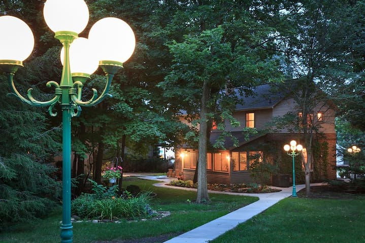 Entire Carriage House - Vrooman Mansion