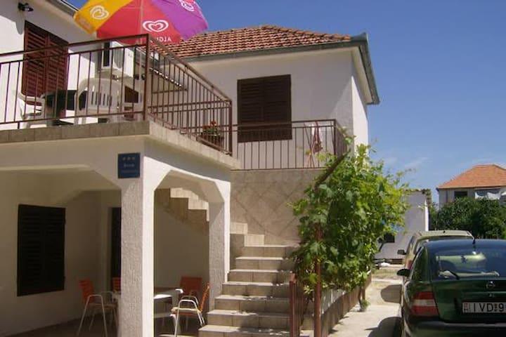 Apartman s terasom - Drage - Dormitorio para invitados