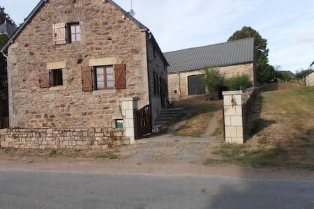 Charmante maison à la campagne - Saint-Setiers - Huis