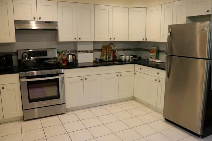 A specious and bright 1 bedroom in hart of Queens