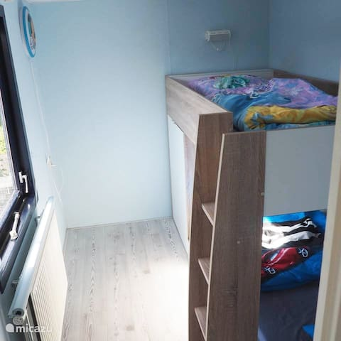 In de 3e slaapkamer staat een speels stapelbed, waar kinderen dol op zijn. incl. een legkast