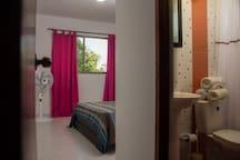 Cuarto con baño privado.
