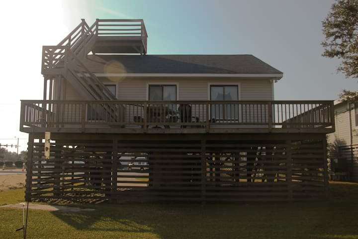 Decked out OBX cottage, a short walk to the beach.