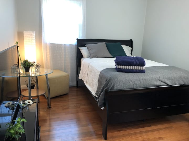 (2) Bright bedroom close to NYC