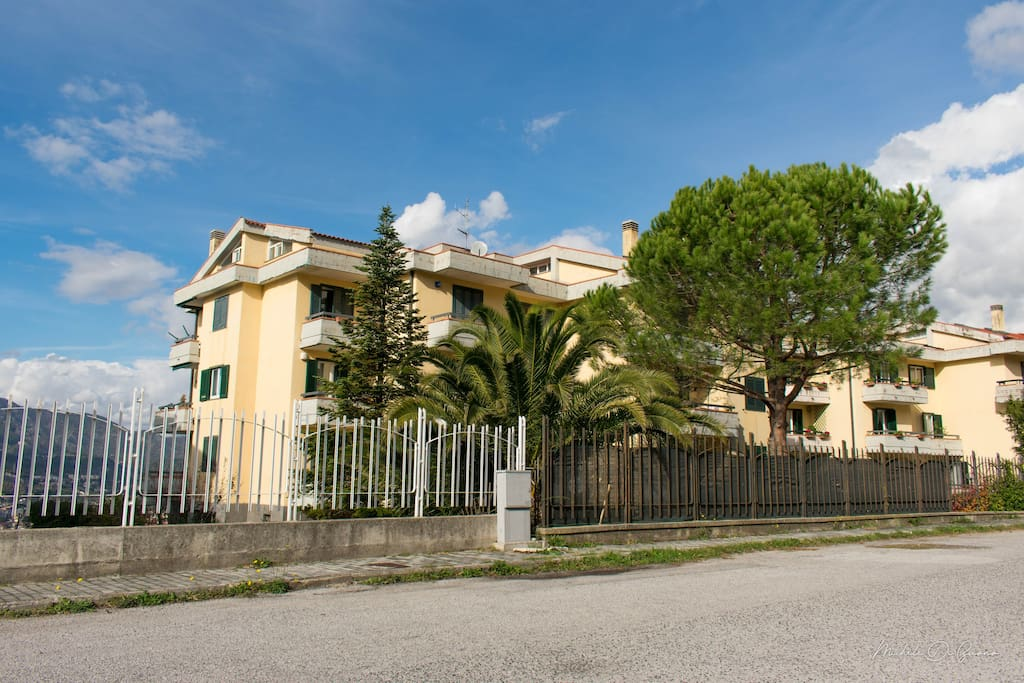 L' appartamento si trova alla fine di Via Panoramica N. 33 nella palazzina mostrata nella foto