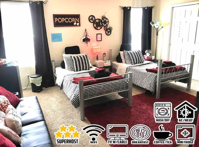 FUN MOVIE THEMED ROOM+FULL CABLE+WIFI+BRKFAST+MORE