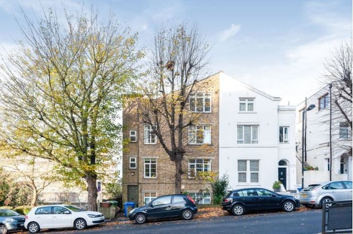Bright, airy 2 bed flat opposite Peckham Rye park