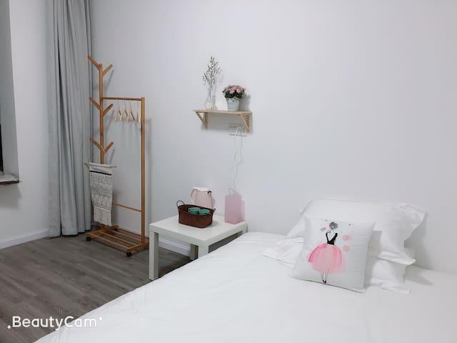 【小春日和】2城洋景苑店,靠近宜昌东站/万达,标间大床房,空调电视,复式公寓,公共卫生间