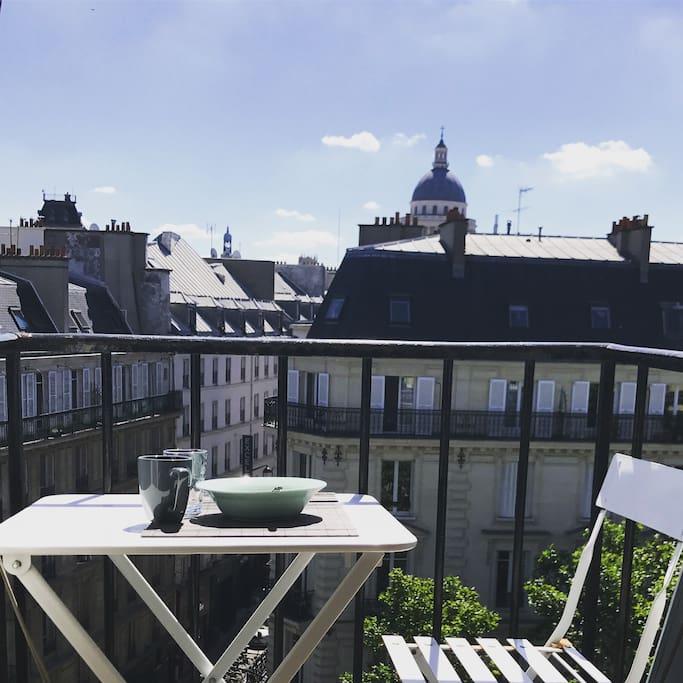 Chaise et table de jardin pour petit déjeuner sur le balcon