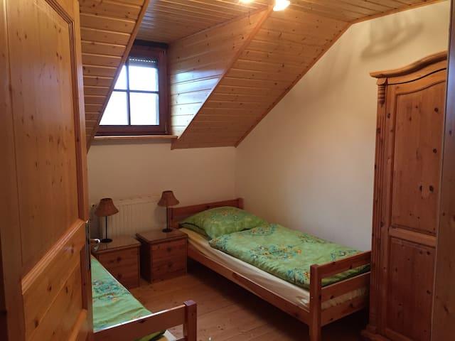 Schlafzimmer Nr. 4 mit zwei Einzelbetten - gut geeignet für Kinder, im Obergeschoss gelegen