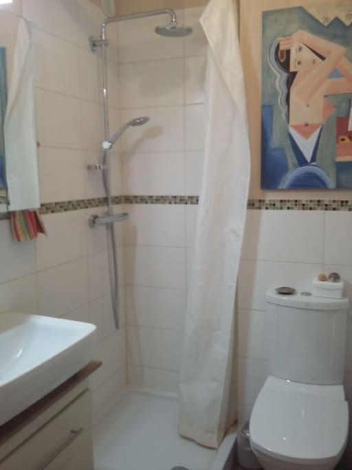Kleines Bad mit Dusche zur alleinigen Nutzung