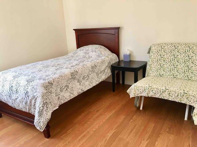 2nd Bedroom 1 Twin bed 1 Single Sofa Bed 卧室二,单人床1,单人沙发床1