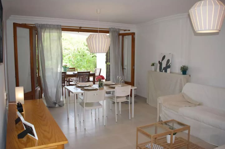 2 beds/2baths apt just 1 min from the beach!