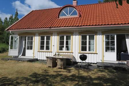 Tre sommerhus på Skåtøy -  midtre