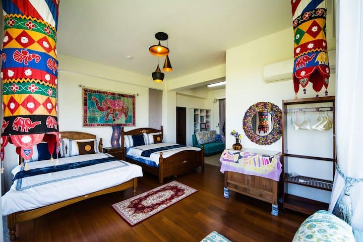 房間內部:柚木地板+原木家具,附前後陽台,前觀日出後賞夕陽