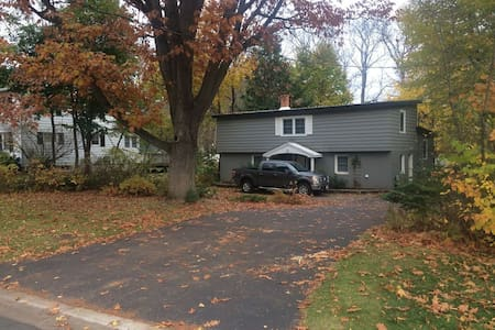 Big house, best location, comfy bed - Fredericton - Maison