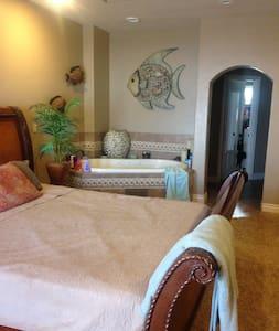 Gorgeous Resort Style home on the Lake! - Ház