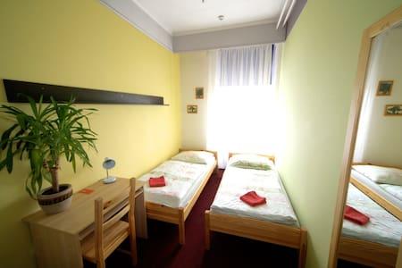 Twin room in Zizkov hostel, breakfast buffet - Prag - Bed & Breakfast