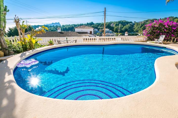 Sea view, swimming pool, close to beach