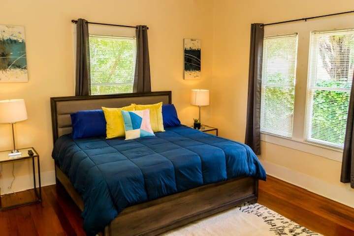 Stylish private bedroom just 5 min from Downtown